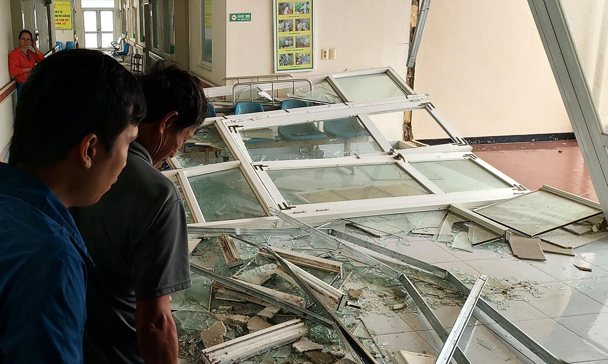 Mưa bão gây đổ sập nhiều cây cối và vỡ nhiều cửa kính trong bệnh viện trung ương tỉnh Quảng Nam. Ảnh: Bác sĩ cung cấp