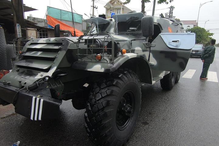 Xe thiết giáp phục vụ di chuyển trong mưa bão tại Quảng Ngãi. Ảnh: Phước Tuấn