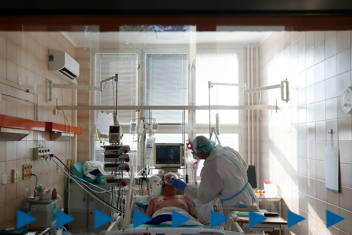 Một bệnh nhân mắc Covid-19 điều trị trong khu hồi sức tích cực tại Praha, Cộng hòa Séc. Ảnh: NY Times