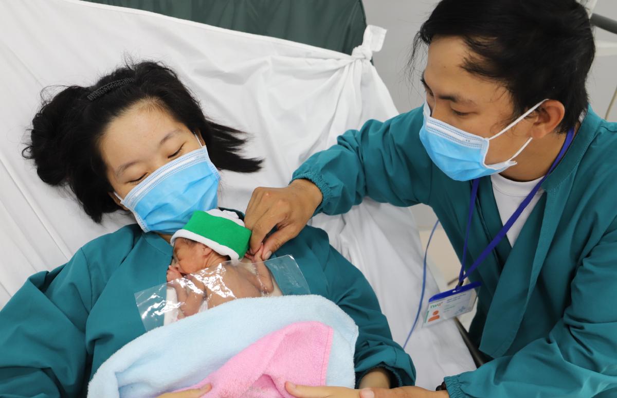 Ba mẹ bé thay nhau da kề da với con. Ảnh: Bệnh viện cung cấp.