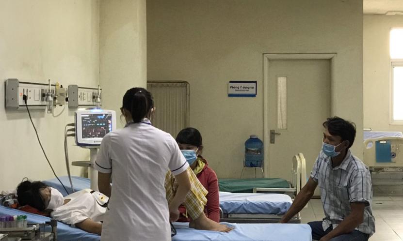 Một bệnh nhân đang được bác sĩ điều trị trong khoa cấp cứu, bệnh viện đa khoa trung ương Quảng Nam, ngày 29/10. Ảnh: Bác sĩ cung cấp