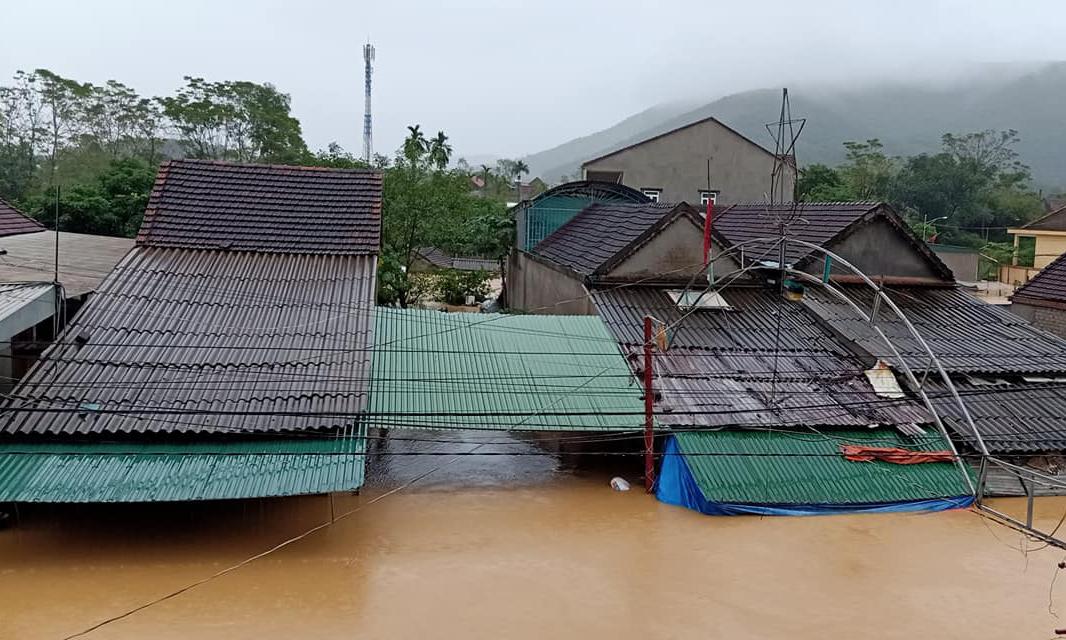 Nước lũ dâng cao khoảng ngập nóc nhà ở xã Thanh Mỹ, huyện Thanh Chương, tỉnh Nghệ An lúc 6 giờ, ngày 30/10. Ảnh: Trần Hiền