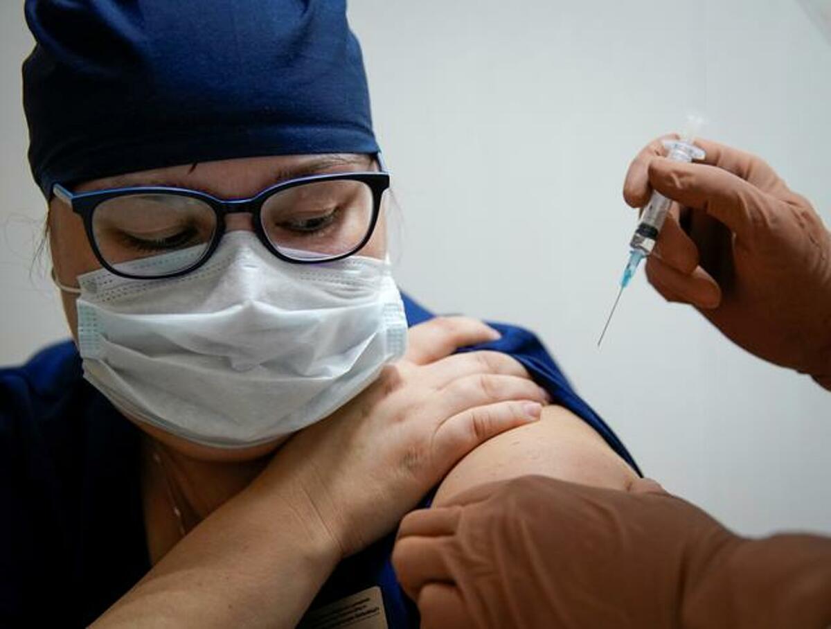 Nhân viên y tế tại thành phố Tver, Moskva được chủng ngừa vaccine Sputnik V. Ảnh: Reuters
