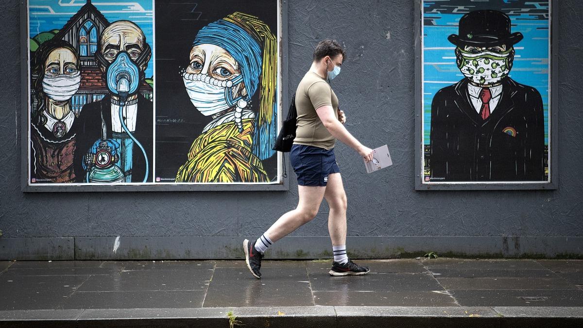 Áp phích trên đường phố khuyến khích người dân đeo khẩu trang khi ra ngoài tại Glasgow, Anh, tháng 7/2020. Ảnh: Reuters