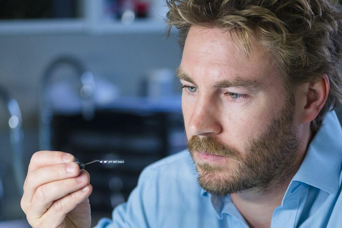 Nicholas Opie, đồng sáng lập công ty Synchron kiêm Giám đốc Công nghệ đang cầm thiết bị cảm biến não Stentrode do công ty sáng chế. Ảnh: WSJ