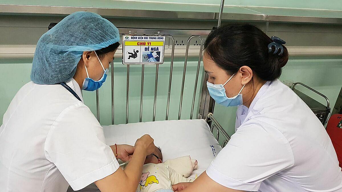 Một em bé mắc bệnh hô hấp, đang điều trị tại Bệnh viện NHi Trung ương. Ảnh: Thuý Hạnh.