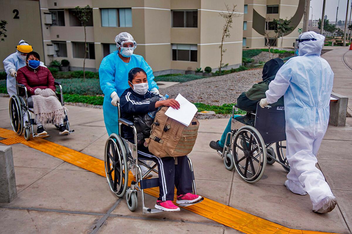 Một bệnh nhân rời Bệnh viện Villa Panamericana , Peru, sau khi khỏi Covid-19. Ảnh: AFP