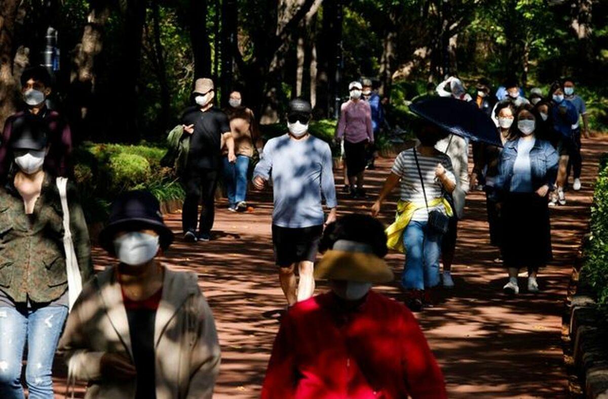 Người dân Seoul đeo khẩu trang khi đi bộ tại một công viên trong thành phố, ngày 5/10. Ảnh: Reuters