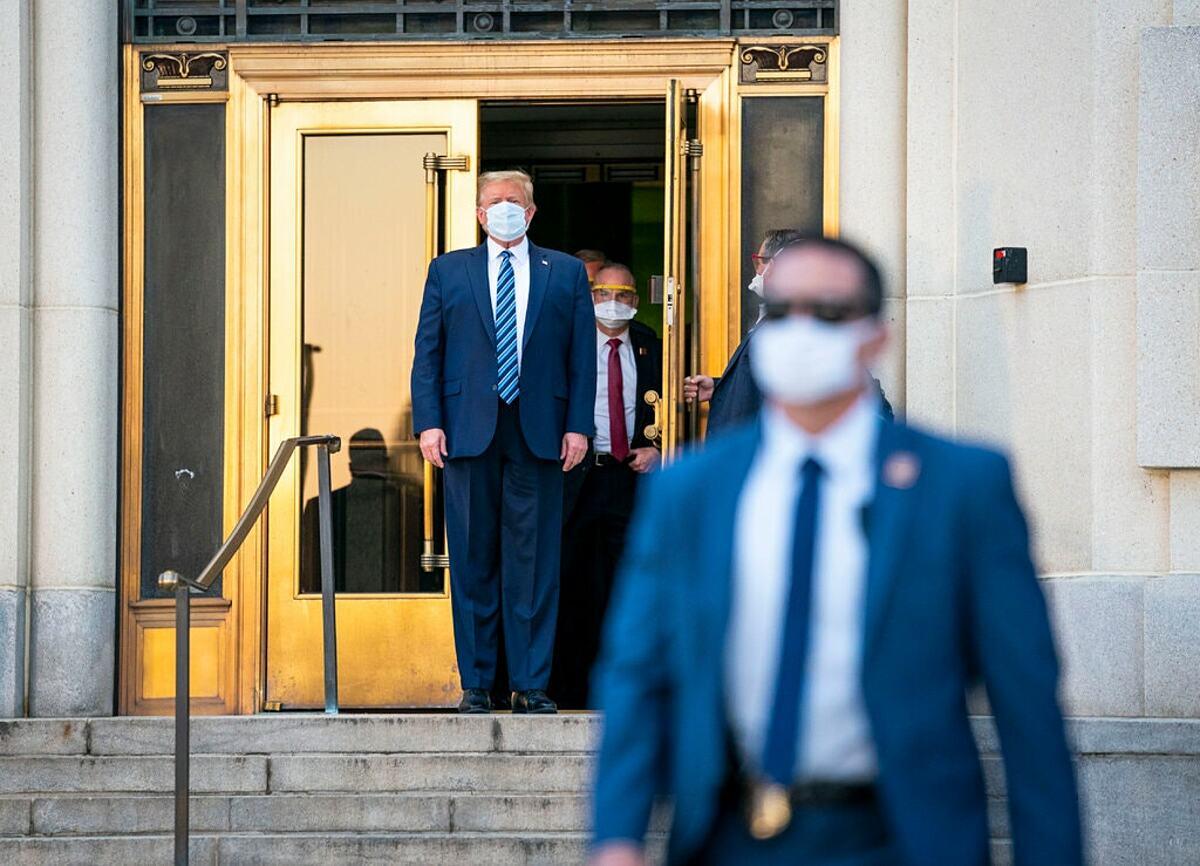 Tổng thống Donald Trump rời Trung tâm Y tế Walter Reed, ngày 5/10 sau đợt điều trị Covid-19. Ảnh: NY Times