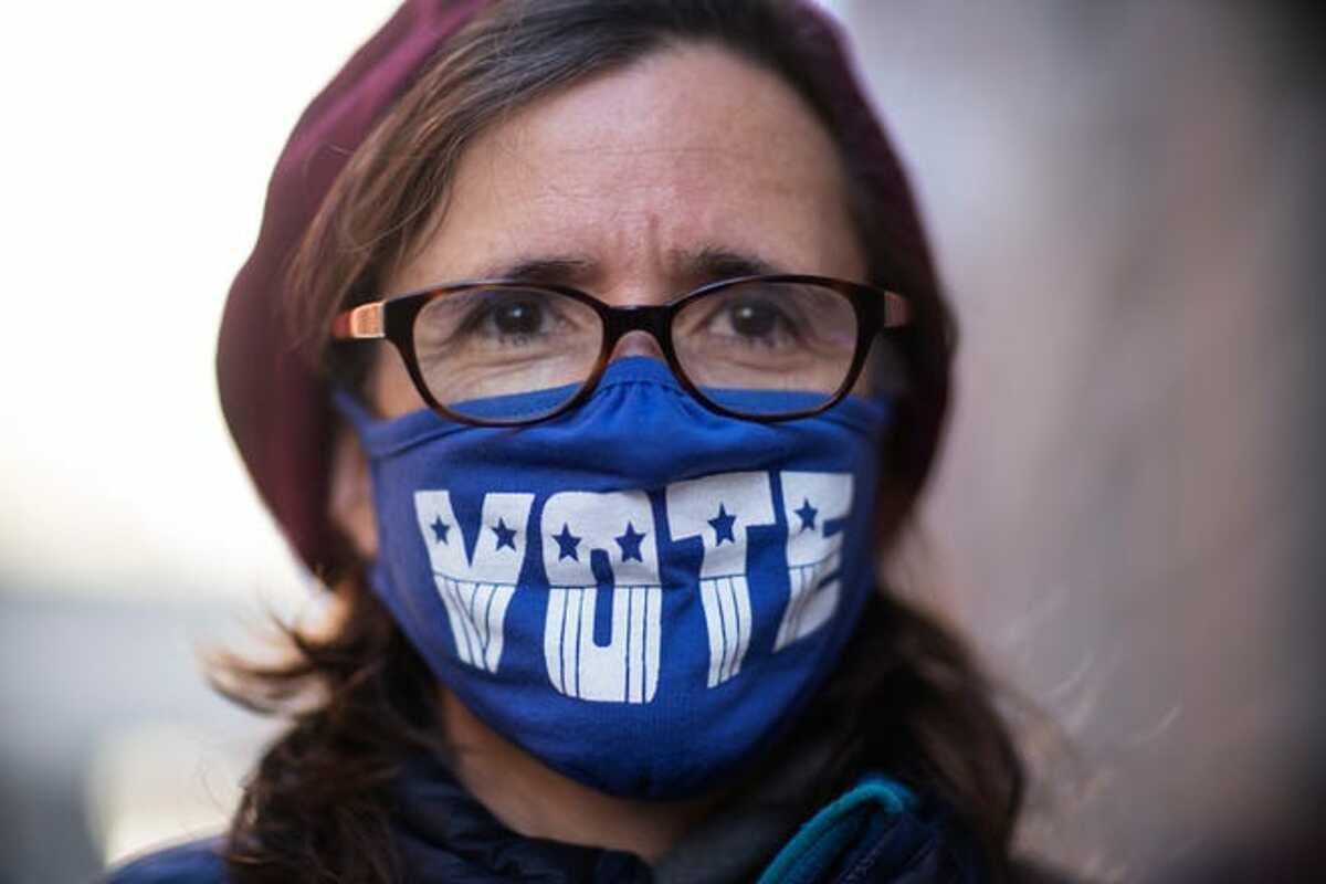 Người dân Mỹ đeo khẩu trang trong đợt bầu cử Tổng thống Mỹ tại Providence. Ảnh: AP