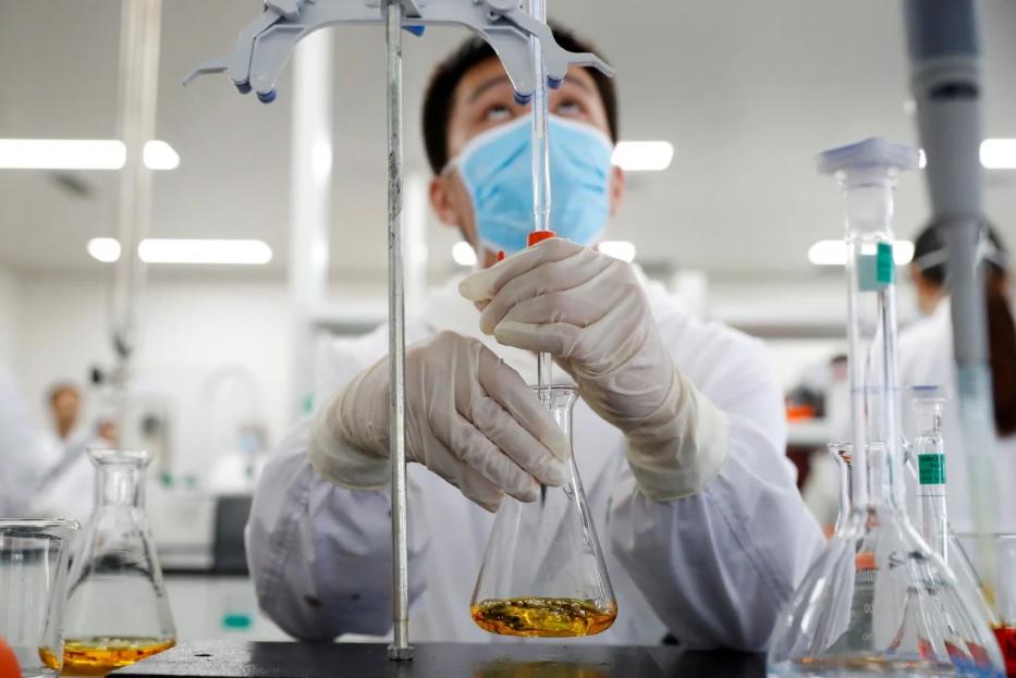 Chuyên viên làm việc trong phòng thí nghiệm của hãng dược Sinovac, tháng 9/2020. Ảnh: Reuters