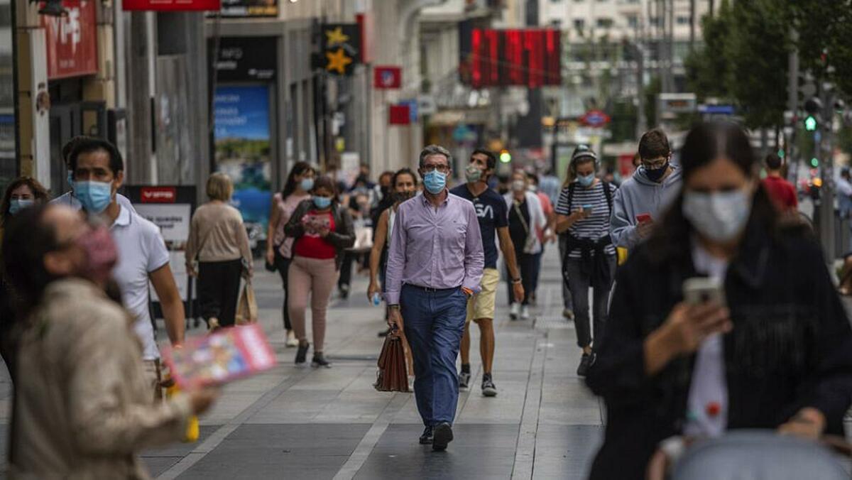 Người dân thành phố Madrid, Tây Ban Nha đeo khẩu trang khi ra ngoài nhằm ngăn ngừa lây nhiễm nCoV. Ảnh: AP