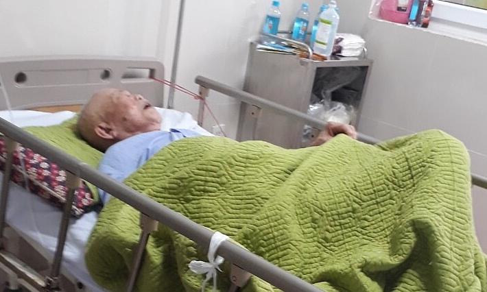 Cụ ông đang tiếp tục được theo dõi tại bệnh viện. Ảnh: Long Nhật.