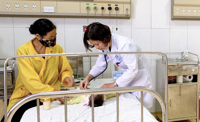 Bác sĩ Lê thăm khám cho bệnh nhi. Ảnh: Bệnh viện cung cấp.
