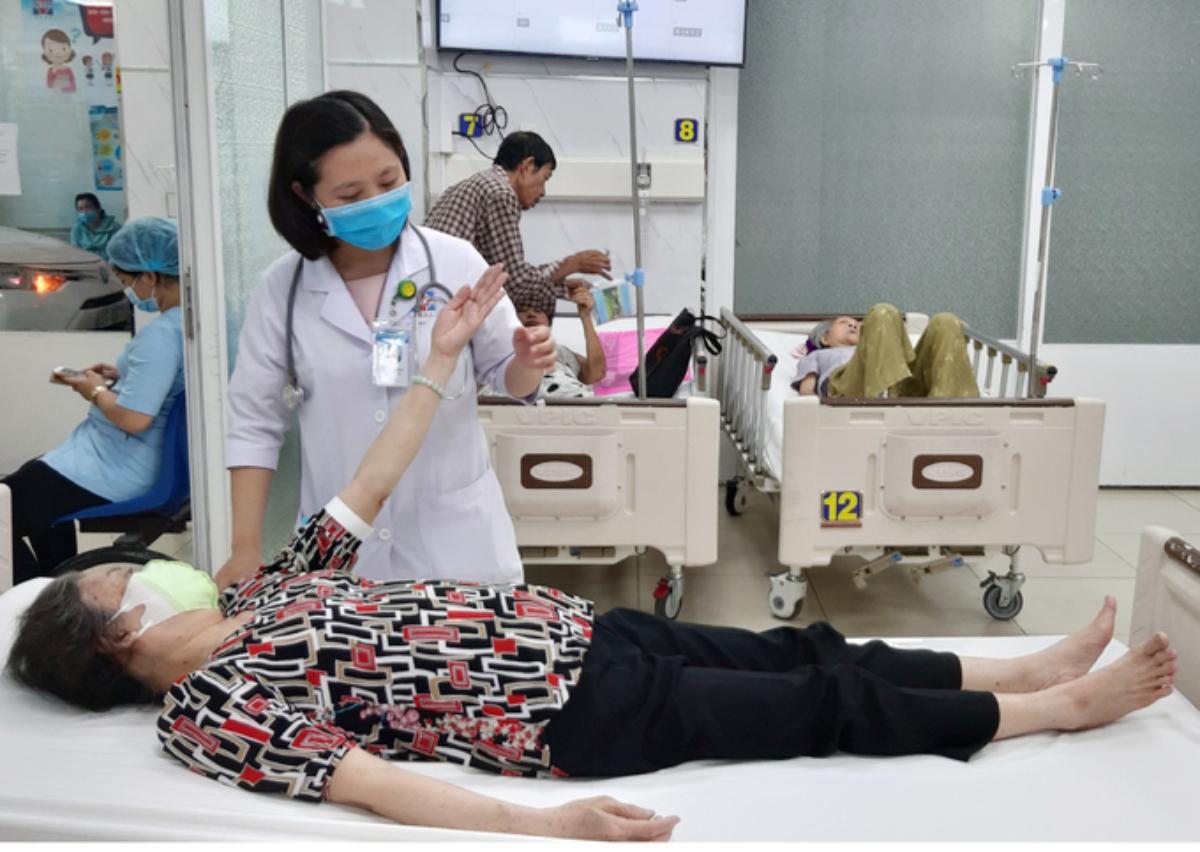 Bác sĩ Bệnh viện Nguyễn Tri Phương khám cho một bệnh nhân đột quỵ. Ảnh: Bệnh viện cung cấp.