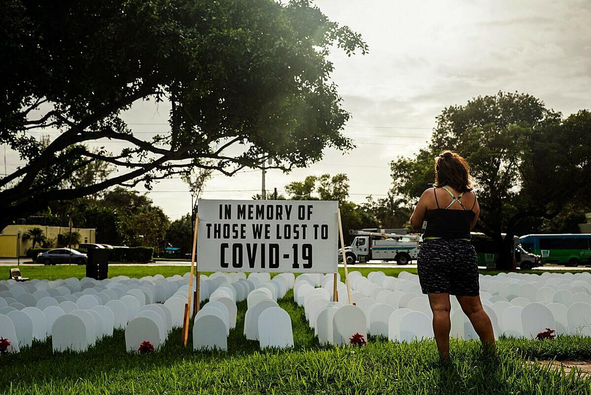 Khu tưởng niệm người tử vong do Covid-19 tại Miami, Florida. Ảnh: NY Times