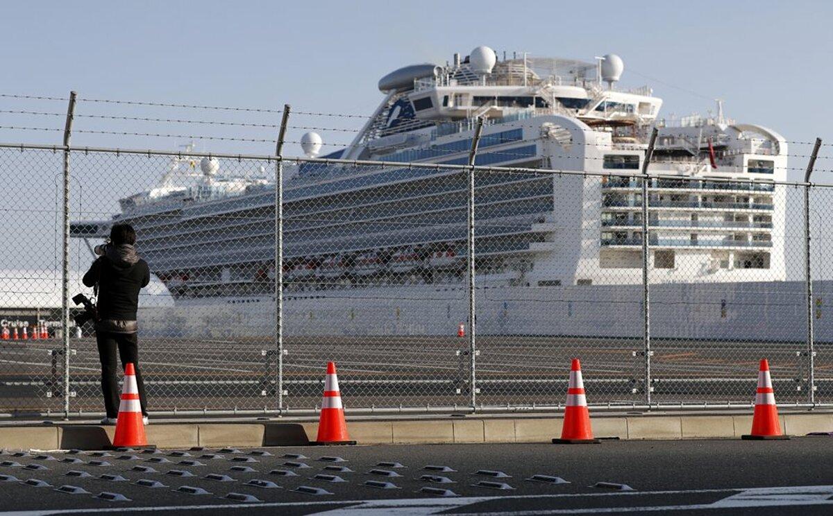 Du thuyền Diamond Princess đang neo đậu tại cảng thành phố Yokohama, gần Tokyo, ngày 21/2. Ảnh: AP