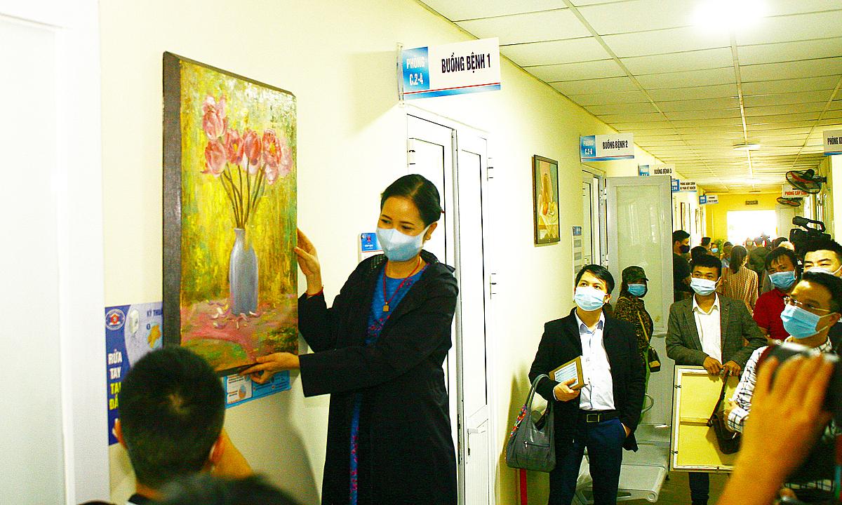 Những bức tranh về hoa được treo tại hành lang bệnh viện. Ảnh: Xuân Trường.