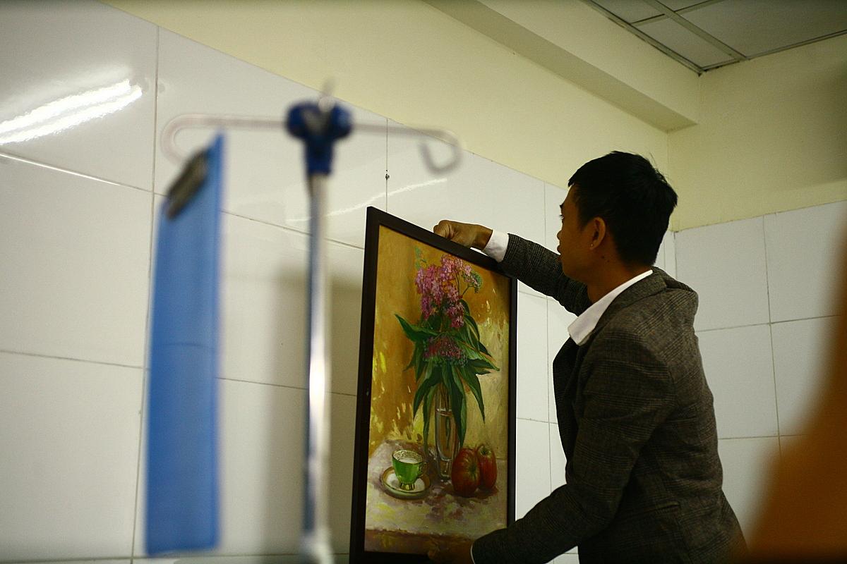 Một bức tranh khác được treo trong buồng bệnh của bệnh nhân. Ảnh: Xuân Trường.