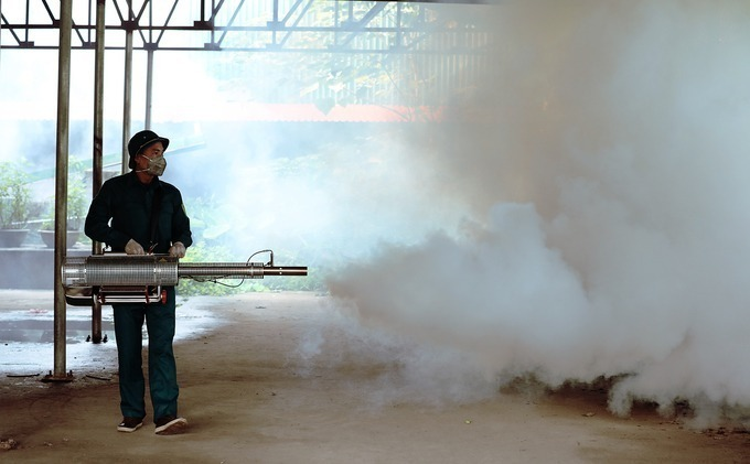 Nhân viên y tế dự phòng tại Hà Nội phun hóa chất trong các hộ gia đình, khu đông dân cư, phòng sốt xuất huyết. Ảnh: Ngọc Thành.