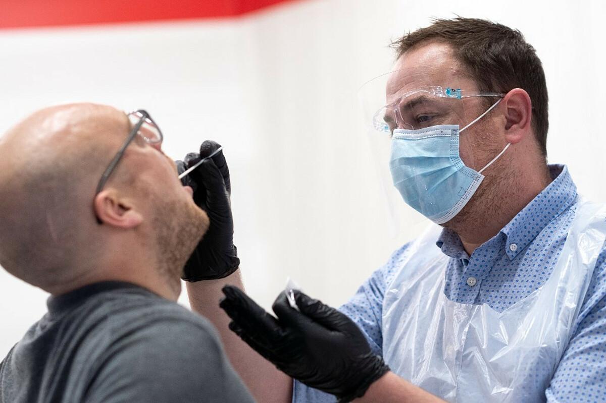 Nhân viên y tế xét nghiệm nCoV cho người nhập cảnh tại sân bay Heathrow, London, tháng 10/2020. Ảnh: AFP