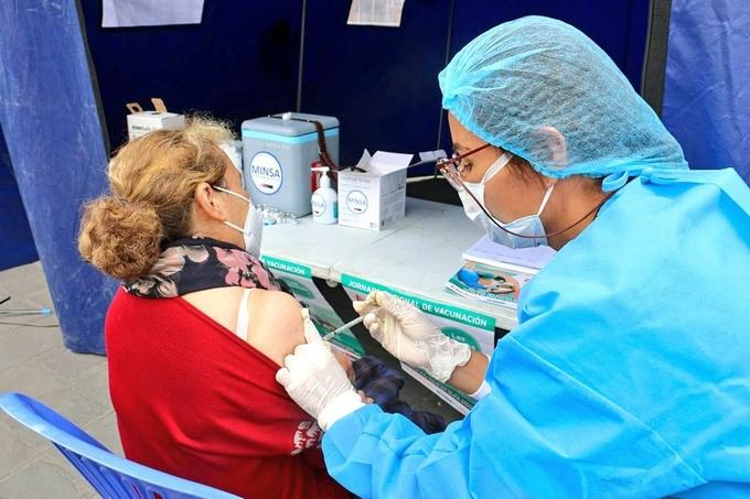 Tình nguyện viên thử nghiệm vaccine của Pfizer tại Peru, tháng 11/2020. Ảnh: Reuters