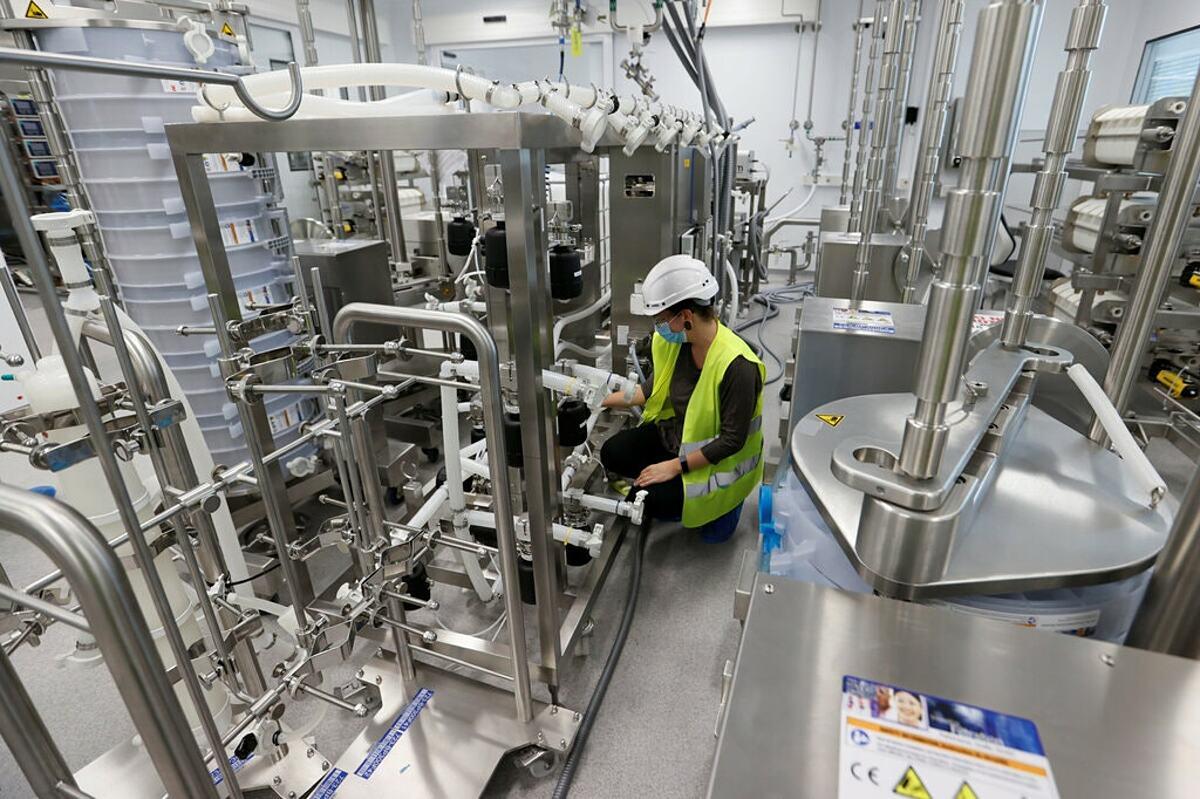 Dây chuyền sản xuất vaccine của Moderna tại Thụy Sĩ. Ảnh: Reuters