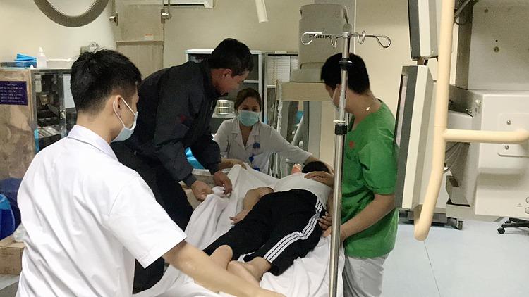 Bệnh nhân trước khi được bơm xi măng sinh học đau không ngồi dậy được, phải khiêng sang bàn can thiệp. Ảnh: Bệnh viện cung cấp