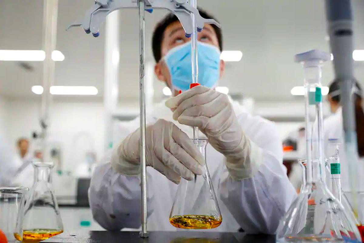 Chuyên viên làm việc tại phòng thí nghiệm của hãng dược Sinovac Biotech ở Bắc Kinh, tháng 9/2020. Ảnh: Reuters