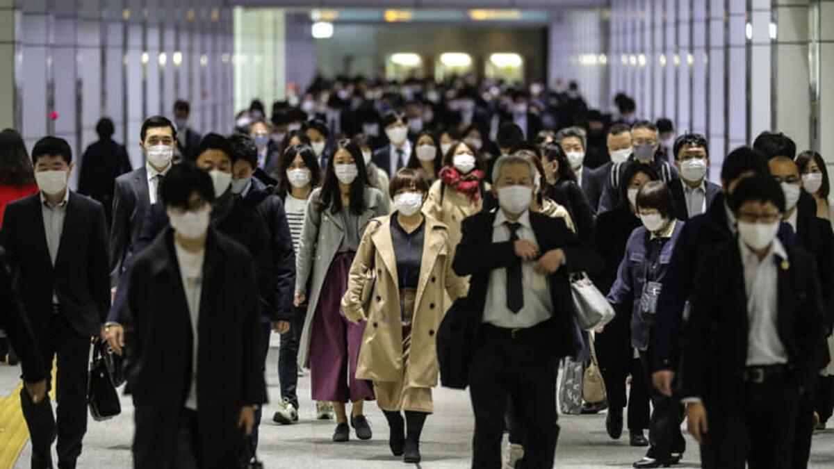 Người dân Nhật bản đeo khẩu trang khi đi làm ở Tokyo, tháng 11/2020. Ảnh: Nikkei