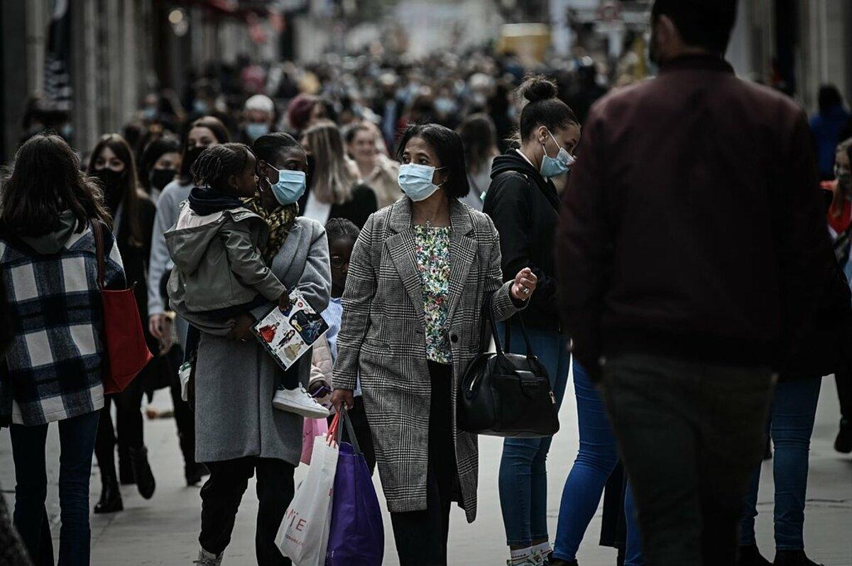 Người dân mua sắm tại thành phố Paris, Pháp, tháng 11/2020. Ảnh: AFP