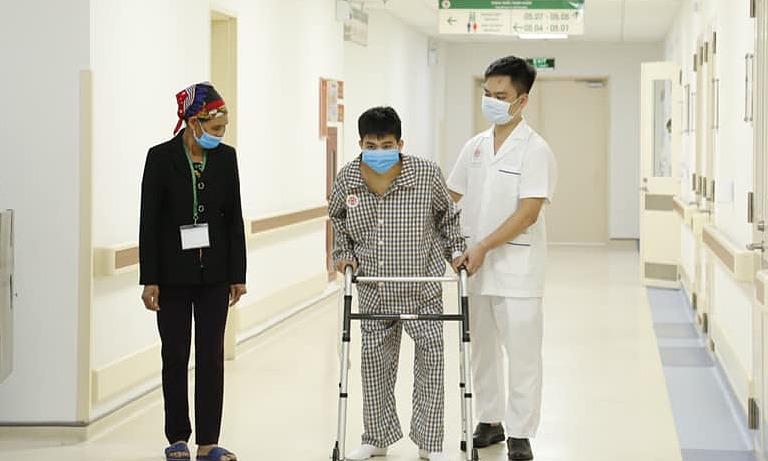 Những bước đi chập chững đầu tiên của bệnh nhân sau phẫu thuật. Ảnh: Bệnh viện cung cấp.