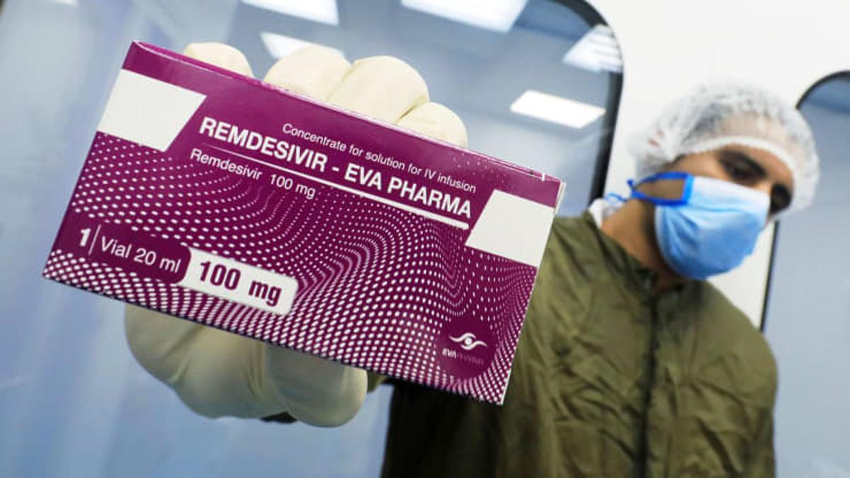 Một kỹ thuật viên cầm thuốc kháng virus Remdesivir. Ảnh: Reuters