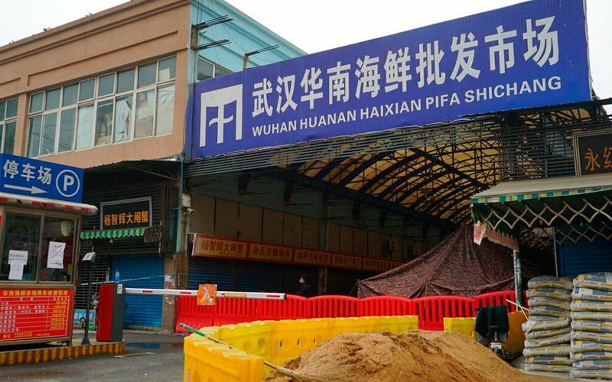 Chợ bán buôn hải sản Vũ Hán tại Vũ Hán, Trung Quốc, hồi tháng 1/2020. Ảnh: AP