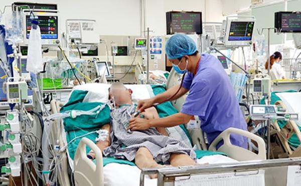 Bác sĩ Quân đang thăm khám cho bệnh nhân kháng kháng sinh. Ảnh: Mai Thanh.