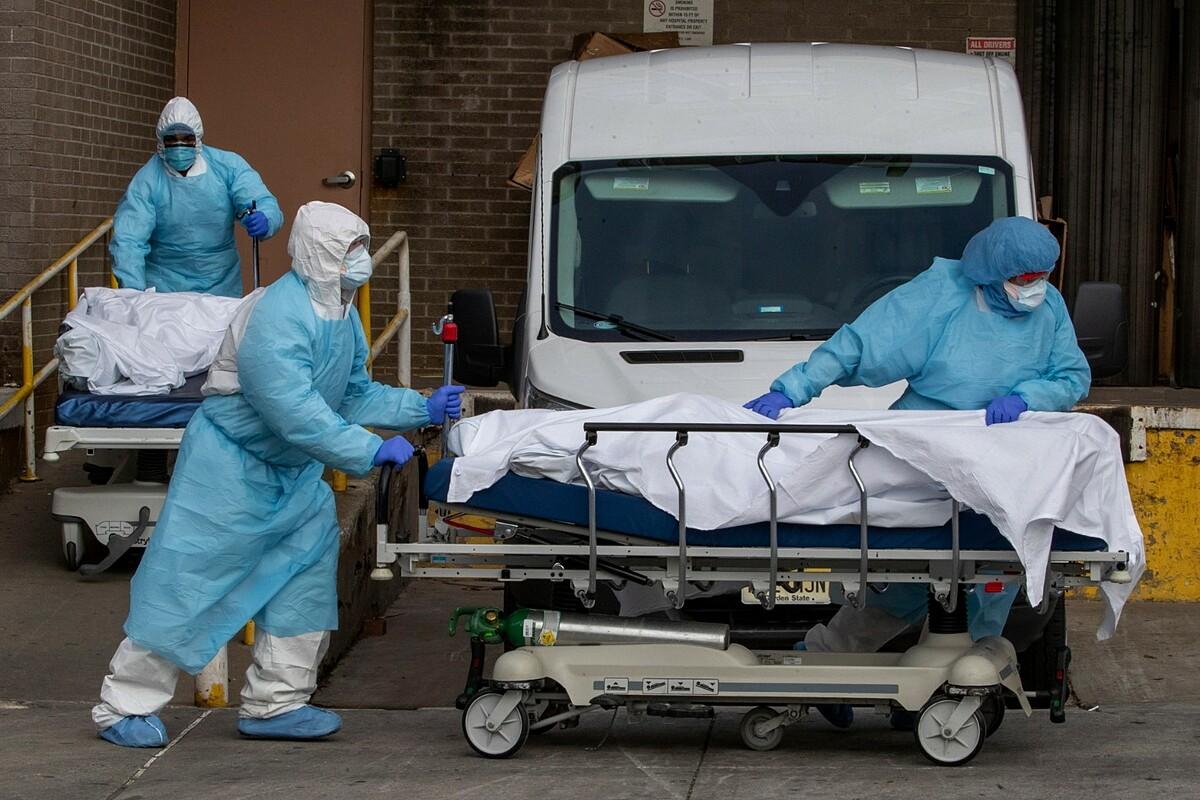 Nhân viên y tế đưa thi thể người mắc Covid-19 khỏi Trung tâm Y tế Wyckoff Heights ở Brooklyn, tháng 4/2020. Ảnh: AP