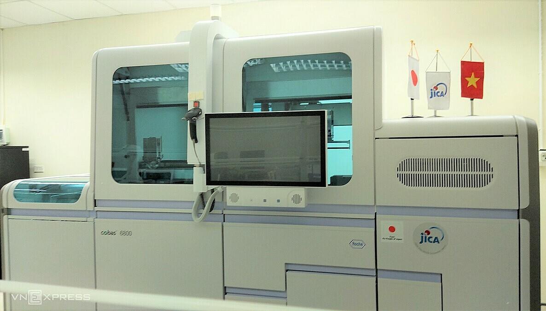 Hệ thống xét nghiệm sinh học phân tử mới tại Bệnh viện Bệnh nhiệt đới Trung ương ngày 25/11. Ảnh: Chi Lê.