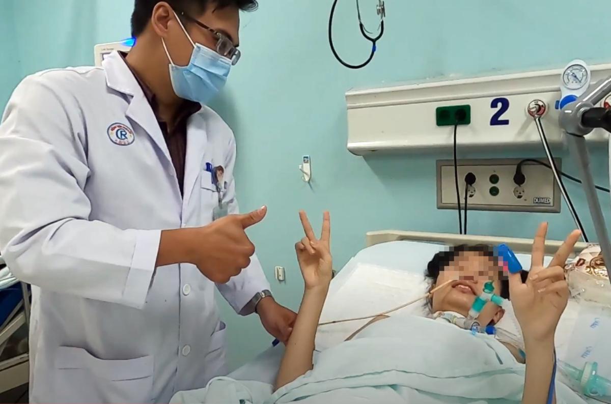 Nữ công nhân cười và giơ ngón tay khi bác sĩ Bệnh viện Chợ Rẫy tới Bệnh viện Đa khoa Đồng Nai hỗ trợ điều trị, hồi đầu tháng 9. Ảnh: Bệnh viện cung cấp.