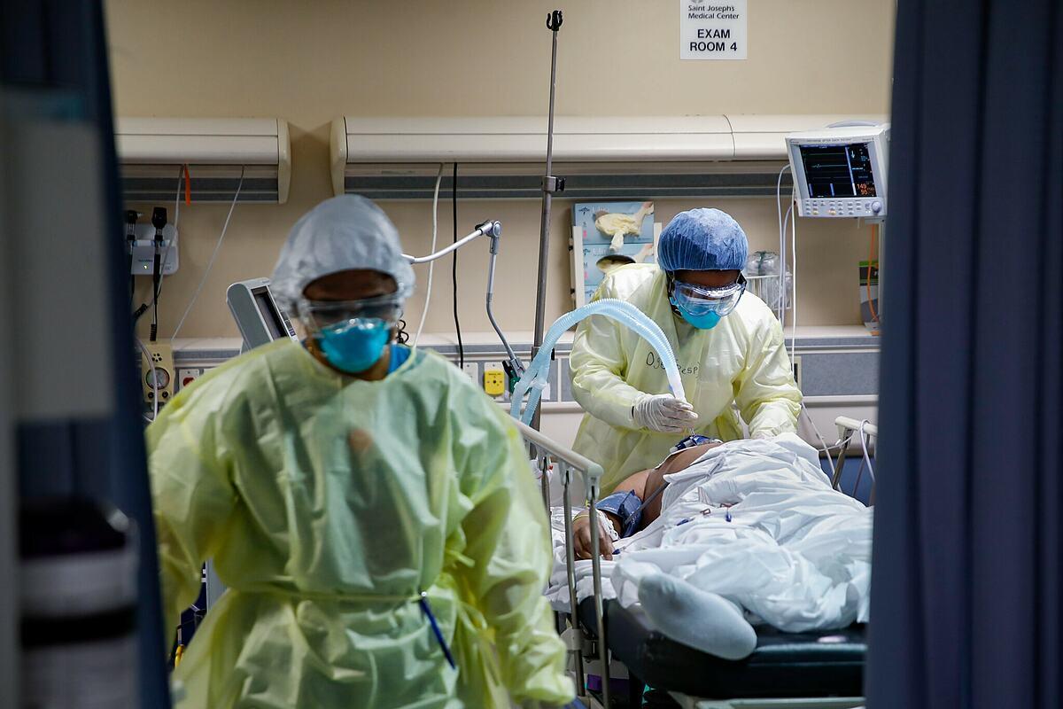Bác sĩ tại một bệnh viện ở Yonkers, Mỹ đang đặt nội khí quản cho bệnh nhân, tháng 4/2020. Ảnh: AP