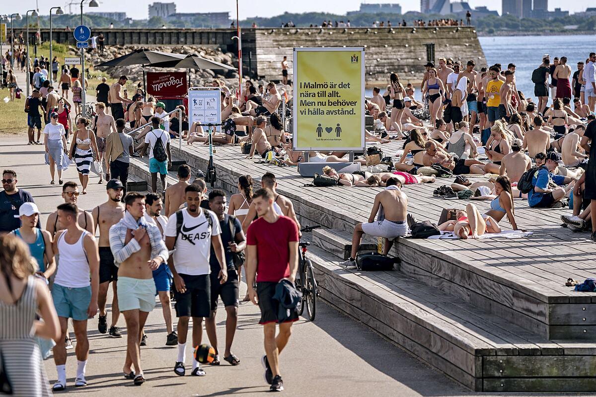 Người dân Thụy Điển vẫn dạo biển, không đeo khẩu trang trong thời gian dịch Covid-19. Ảnh: EPA
