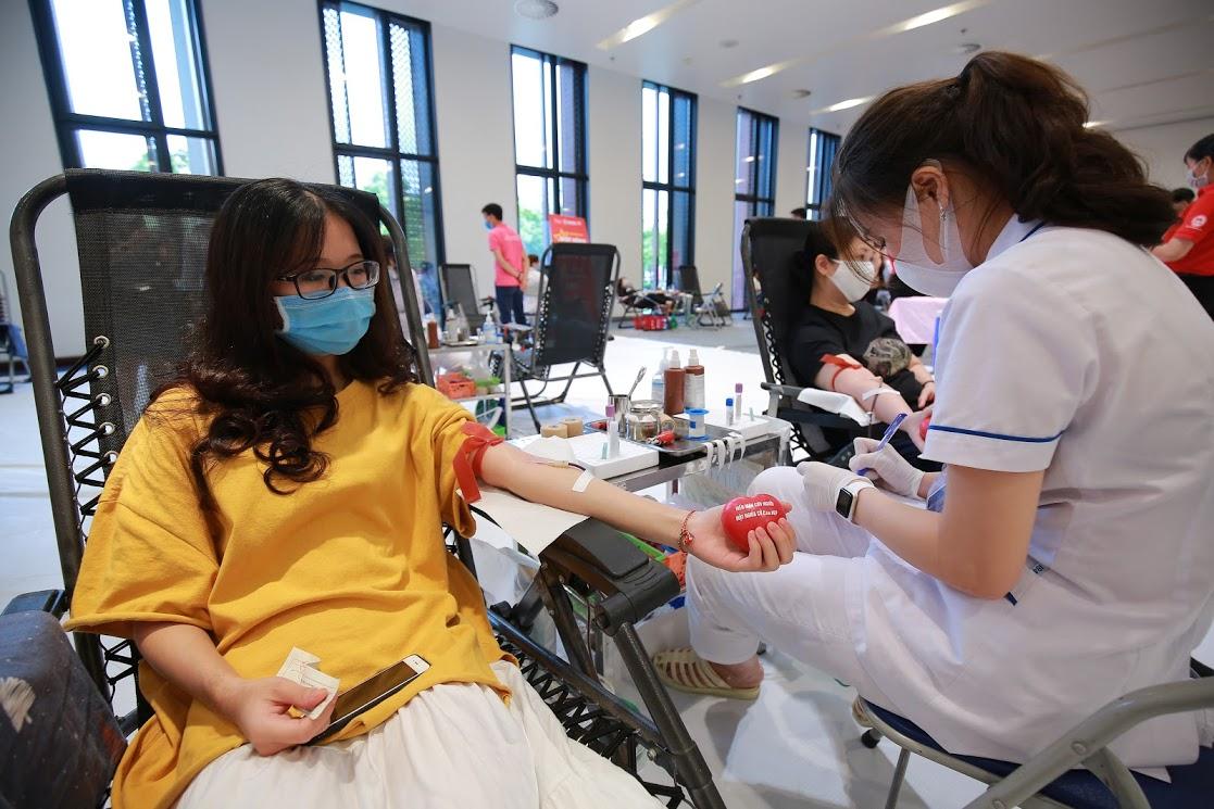 Một sinh viên tham gia hiến máu tình nguyện. Ảnh: Công Thắng.