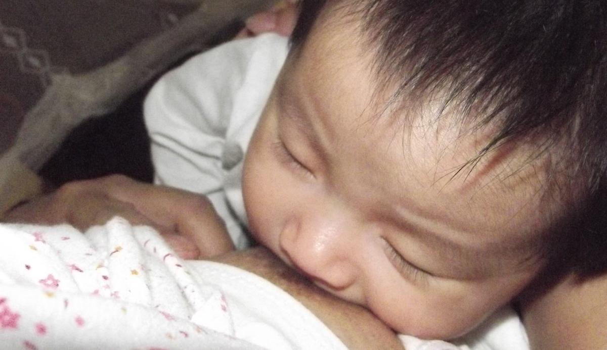 Sữa mẹ luôn là thức ăn tốt nhất cho trẻ sơ sinh và trẻ nhỏ. Ảnh: Thư Anh.