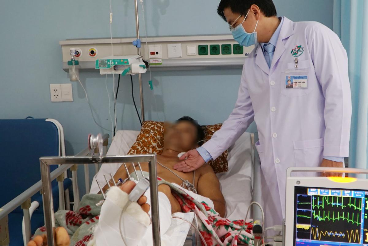 Bệnh nhân tạm thời đã ổn định nhưng cần theo dõi vết thương sát sao và điều trị lâu dài. Ảnh: Thư Anh.