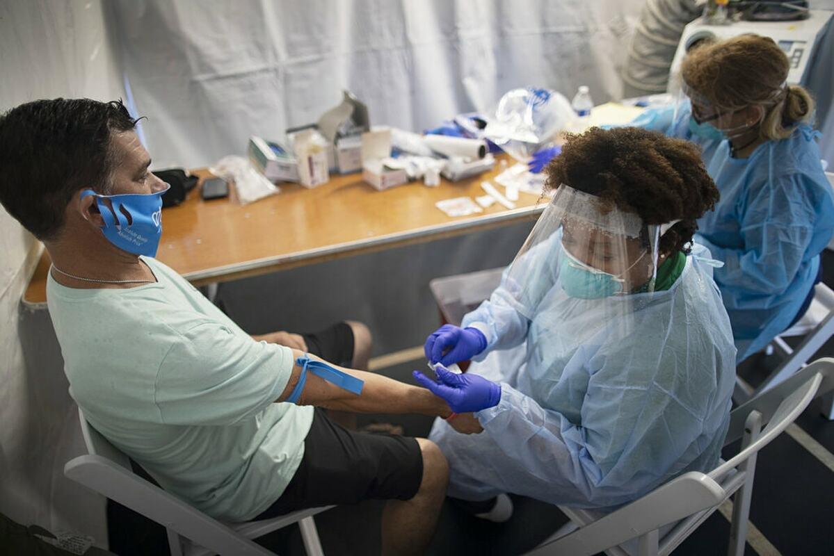 Nhân viên y tế tại Miami Lakes, Mỹ, thử nghiệm nCoV cho người dân, tháng 7/2020. Ảnh: NY Times