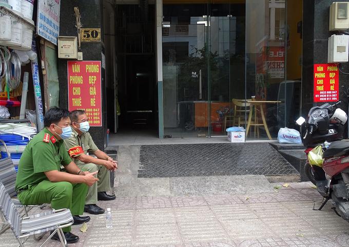 Tòa nhà số 50 Bạch Đằng, quận Tân Bình, bị phong tỏa, sáng 1/12. Ảnh:Hà An.