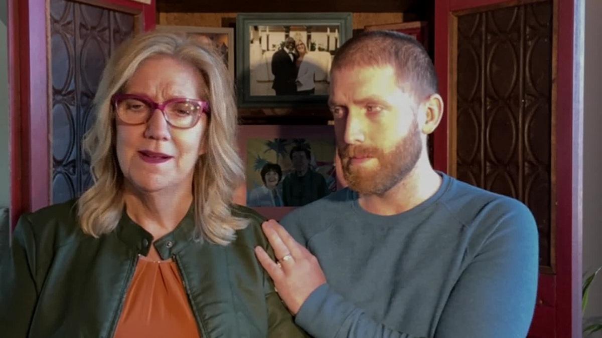 Bà Lizanne Jennings (trái) và con trai Brayden (phải) trong cuộc phỏng vấn với CNN. Ảnh: CNN