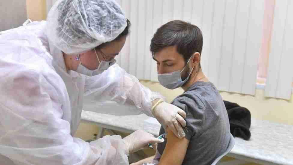 Người Nga tiêm vaccine Covid -19. Ảnh: EPA.