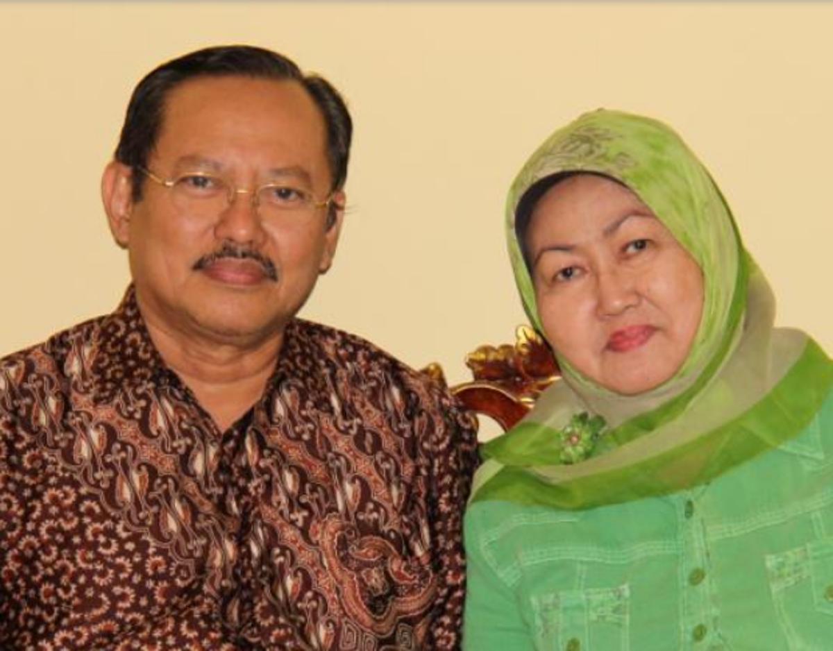 Bác sĩ Sardjono Utomo (trái) và vợ (phải) đã tử vong vì Covid-19. Ảnh: Reuters