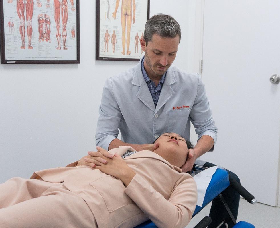 Bác sĩ Ryan Means điều trị cho bệnh nhân bằng phương pháp trị liệu thần kinh cột sống. Xin tên người chụp ảnh.
