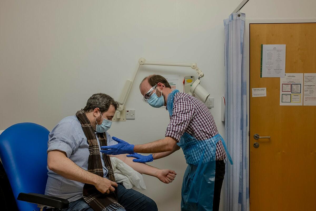 Người dân Anh được tiêm chủng vaccine Covid-19, ngày 8/12. Ảnh: NY Times